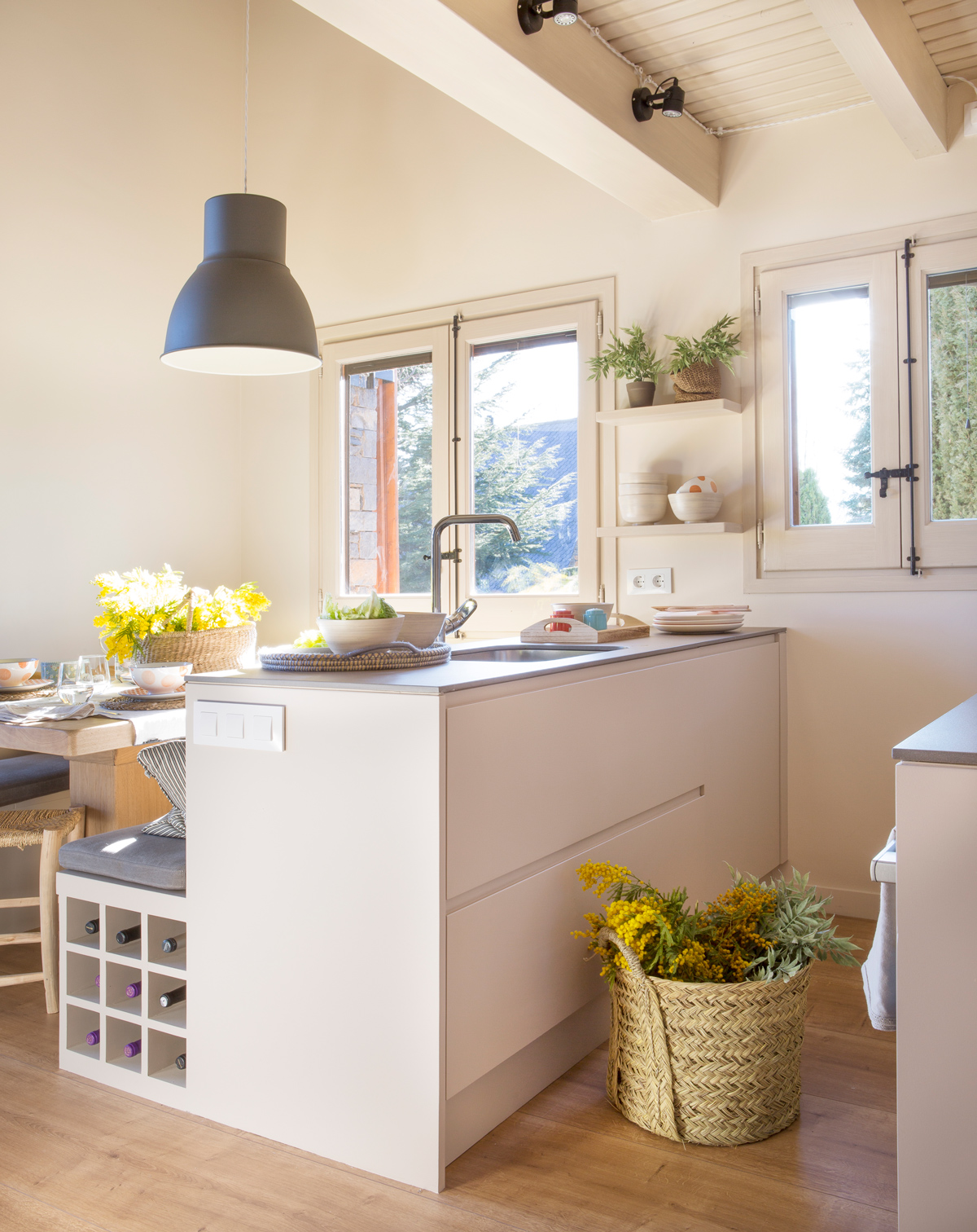 5 bancos de doble uso con espacio para guardar for Cocinas en paralelo
