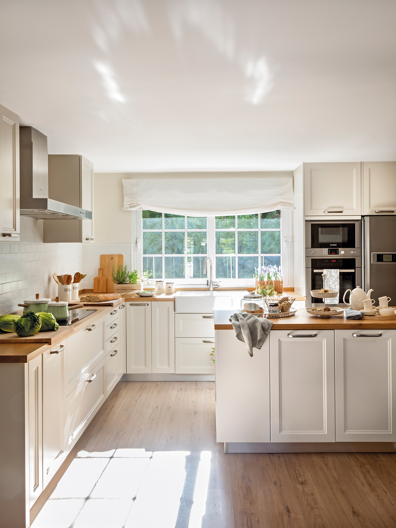 Cocinas las 50 mejores de el mueble for Mesas de cocina blancas y madera