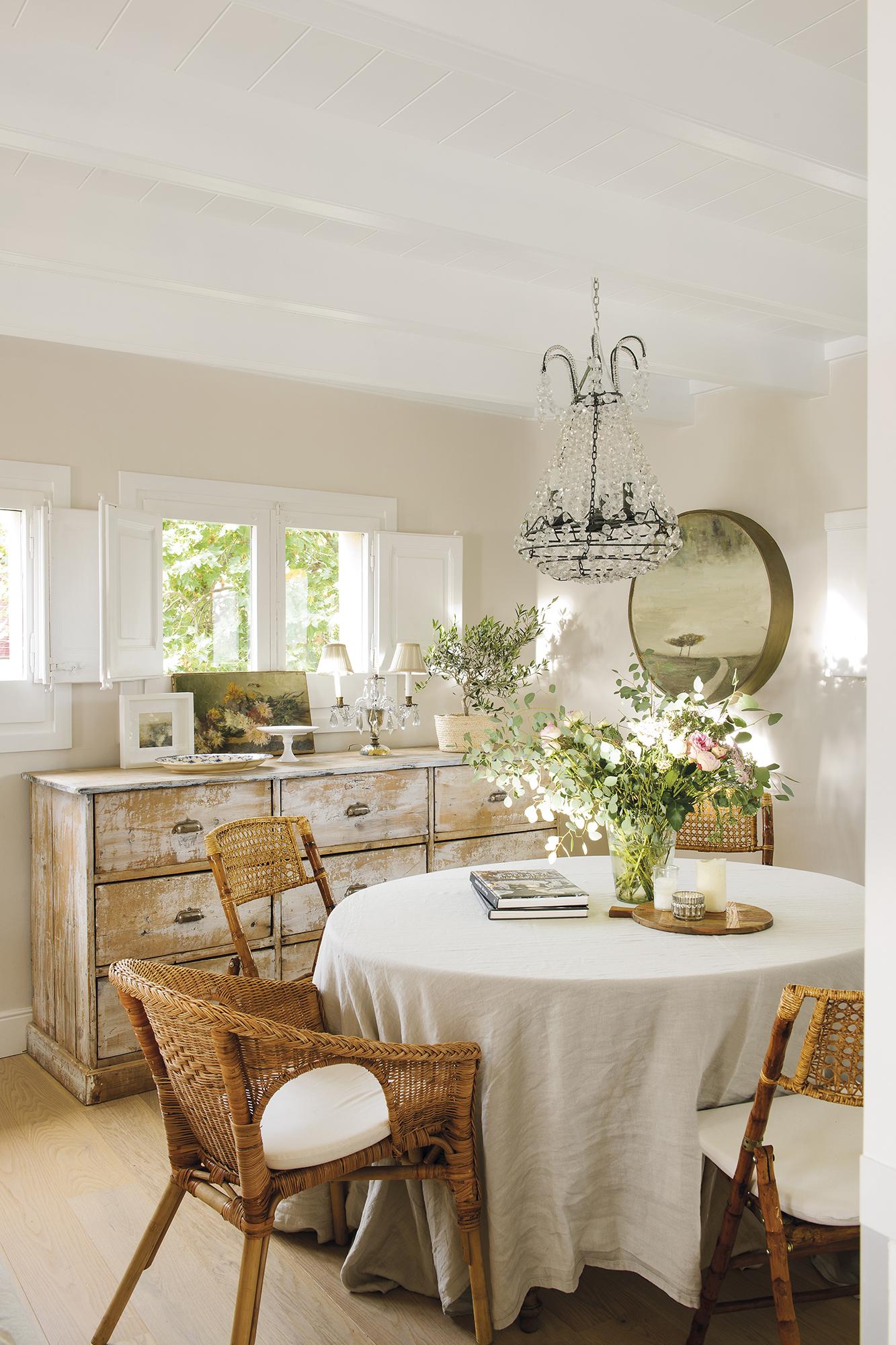 El piso reformado de una pareja de arquitectos j venes - Que poner encima de una mesa de comedor ...