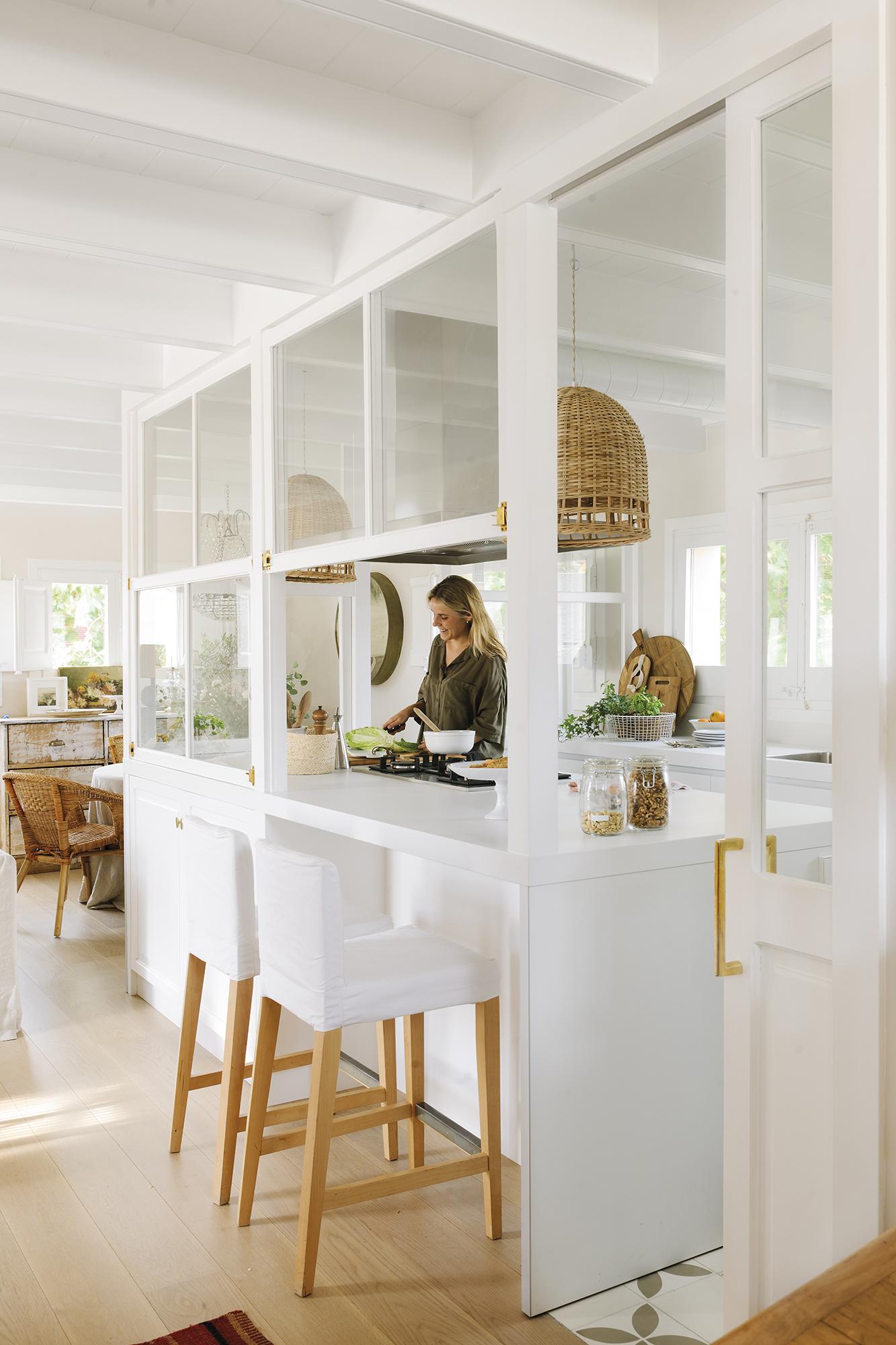 El piso reformado de una pareja de arquitectos j venes for Tabla de la barra de la cocina de separacion