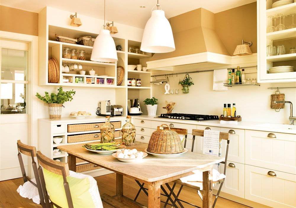 cocina blanca con pintura arena y office central