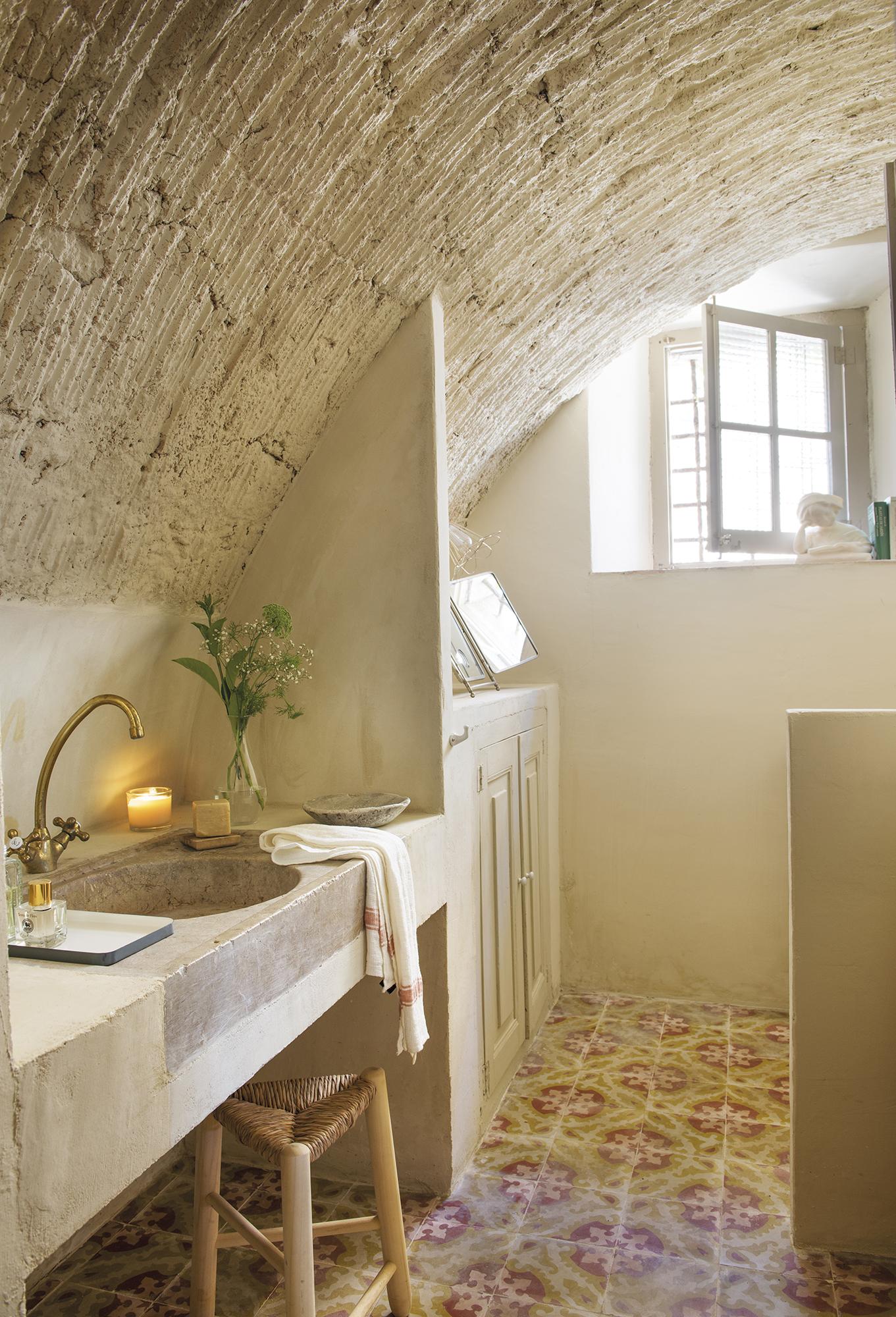 Una casa rural renovada para parecer antigua - Encimera de piedra ...