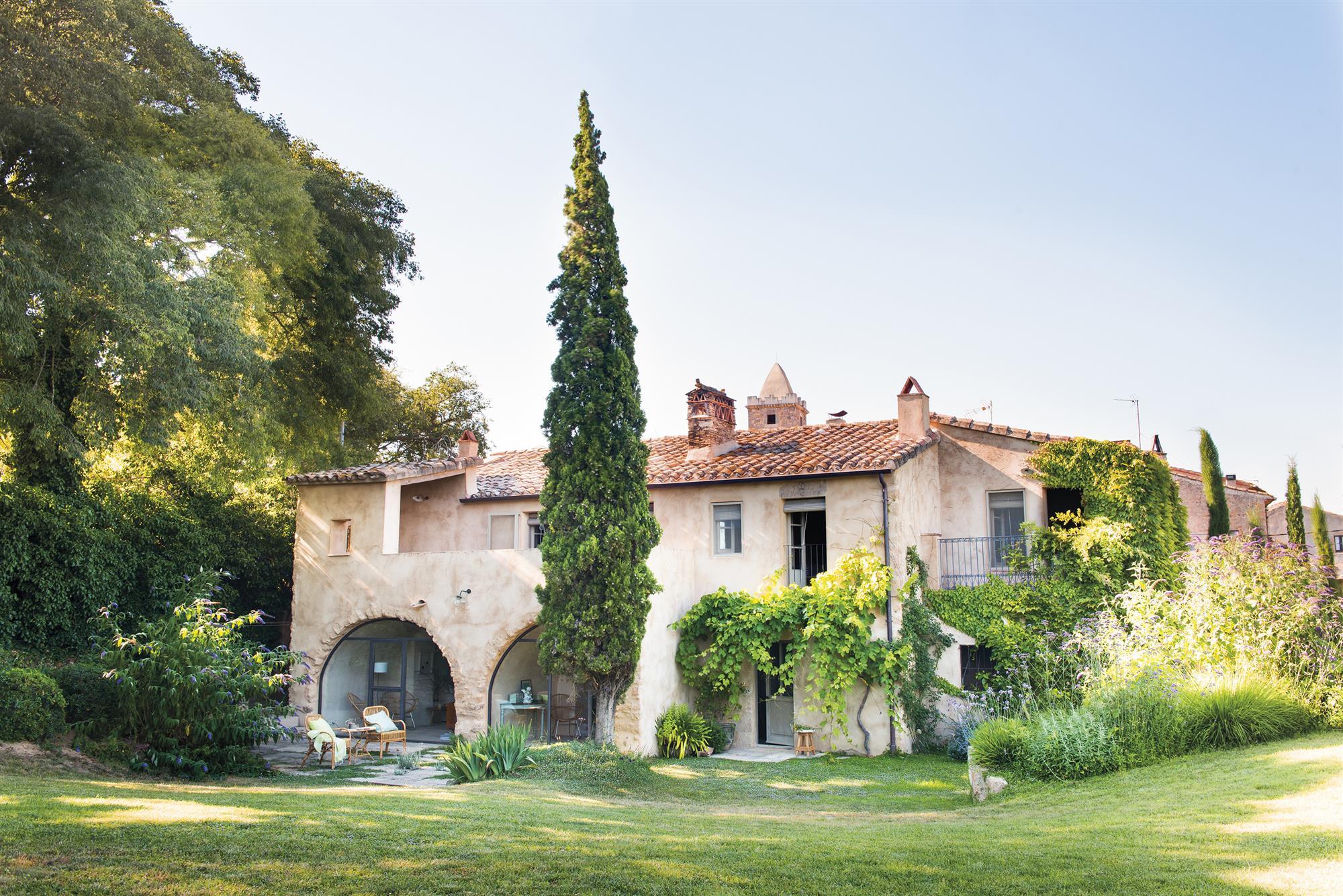 Una casa rural renovada para parecer antigua for Modelos de jardines en casa