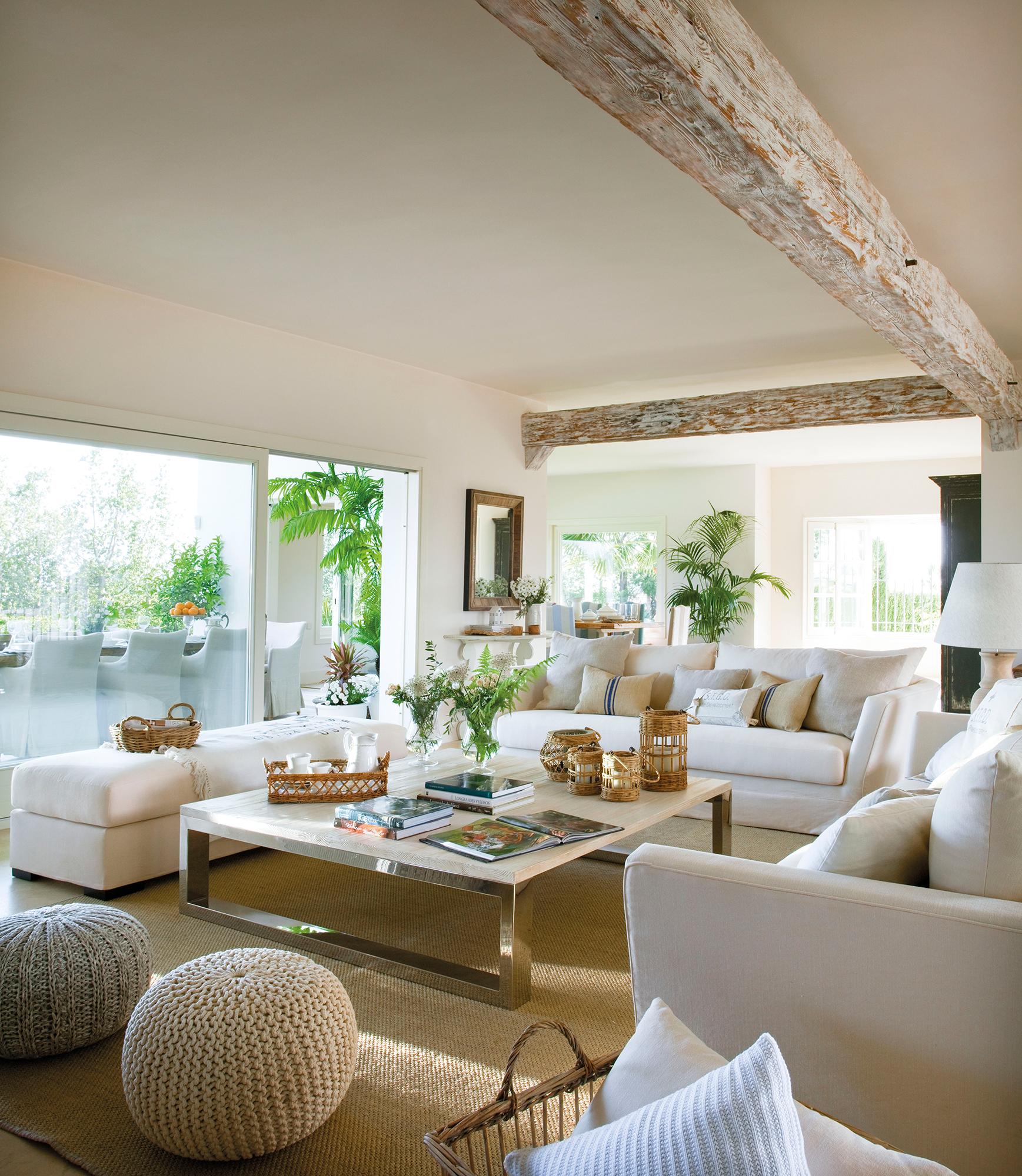 Salones blancos y luminosos for Casa con muebles blancos