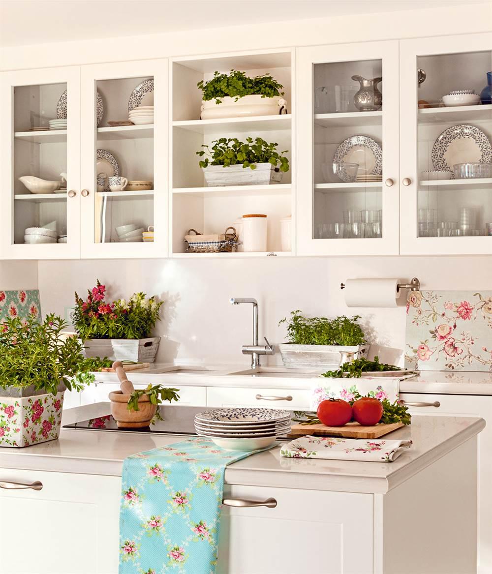 cocina con isla y armarios sobre el fregadero y encimera