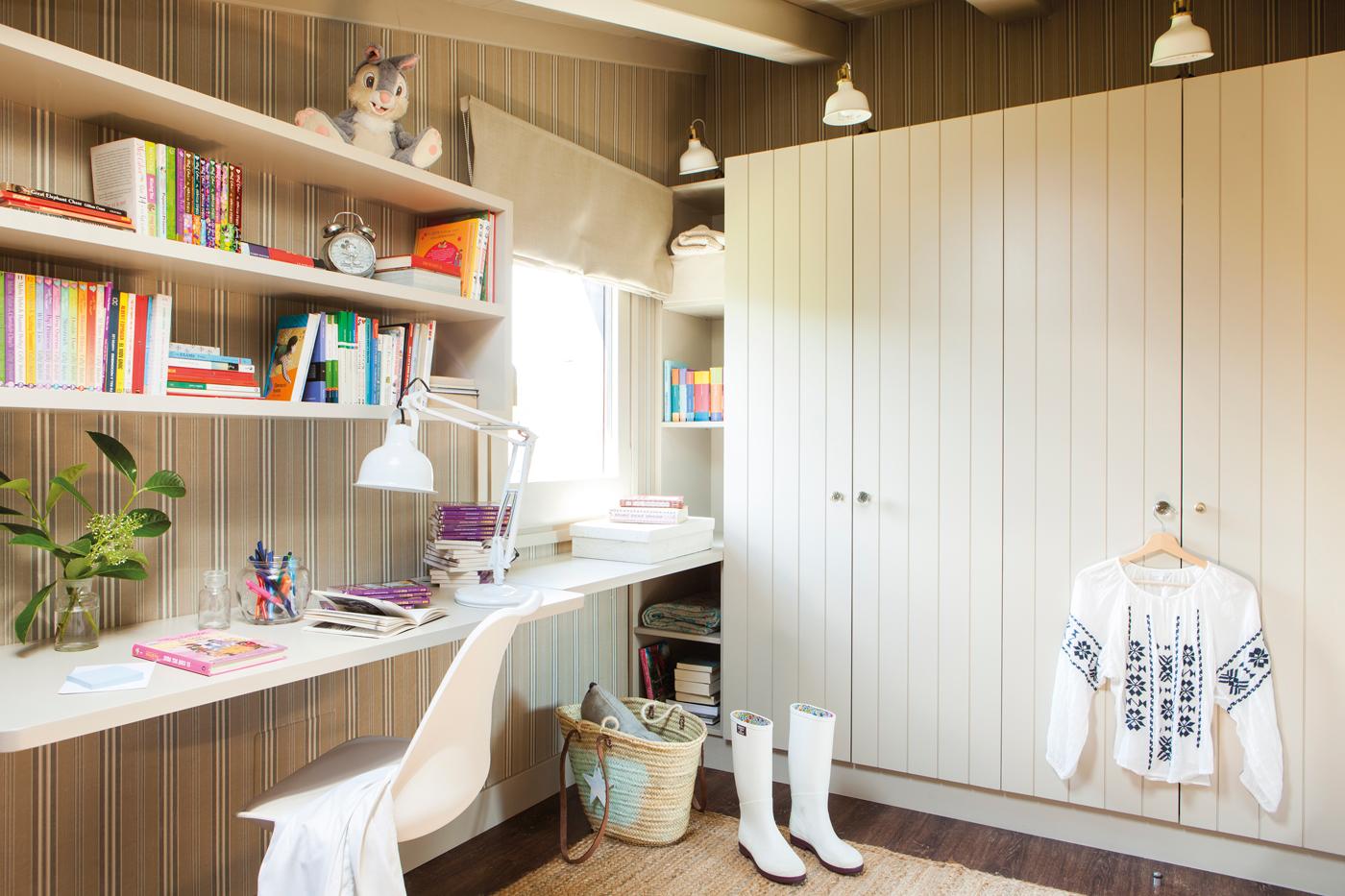 habitacin infantil con balda escritorio estanteras y armario con lamas de madera y papel pintado
