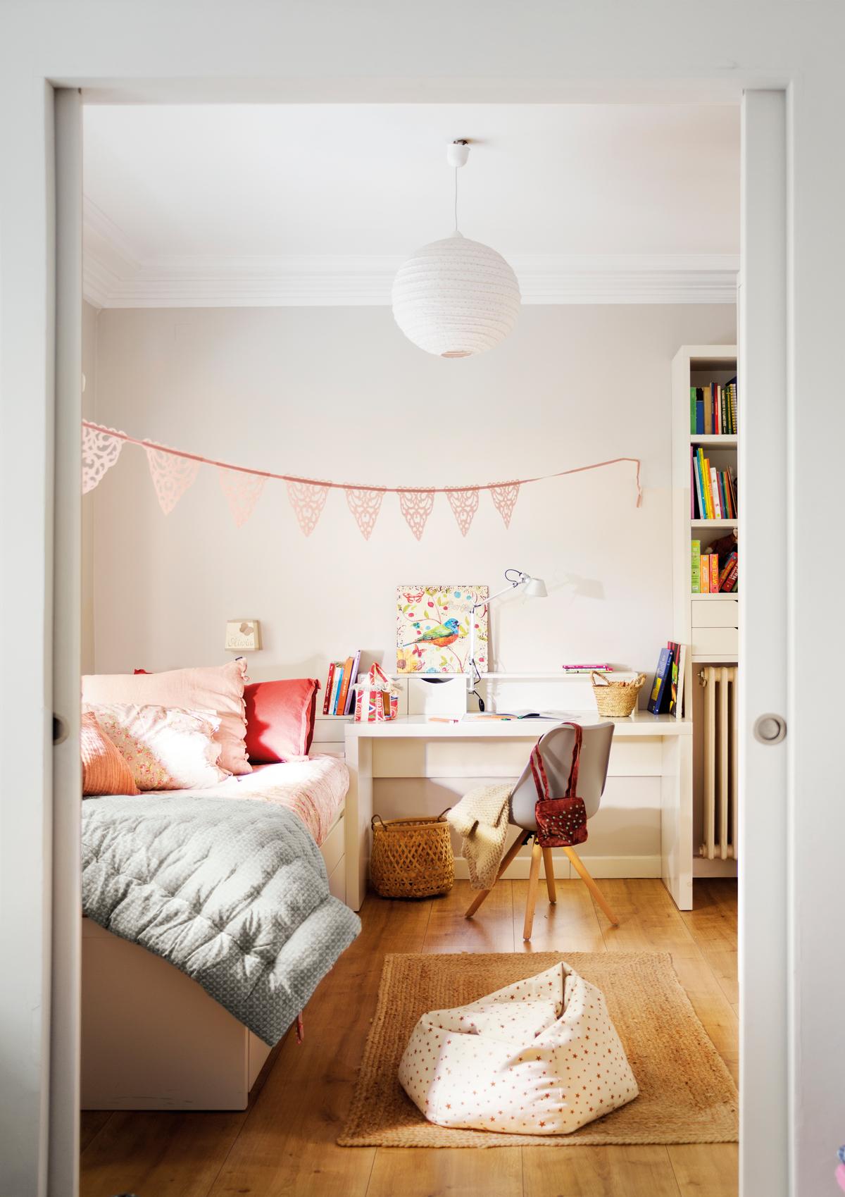 dormitorio infantil con escritorio a medida en blanco y guirnalda rosa