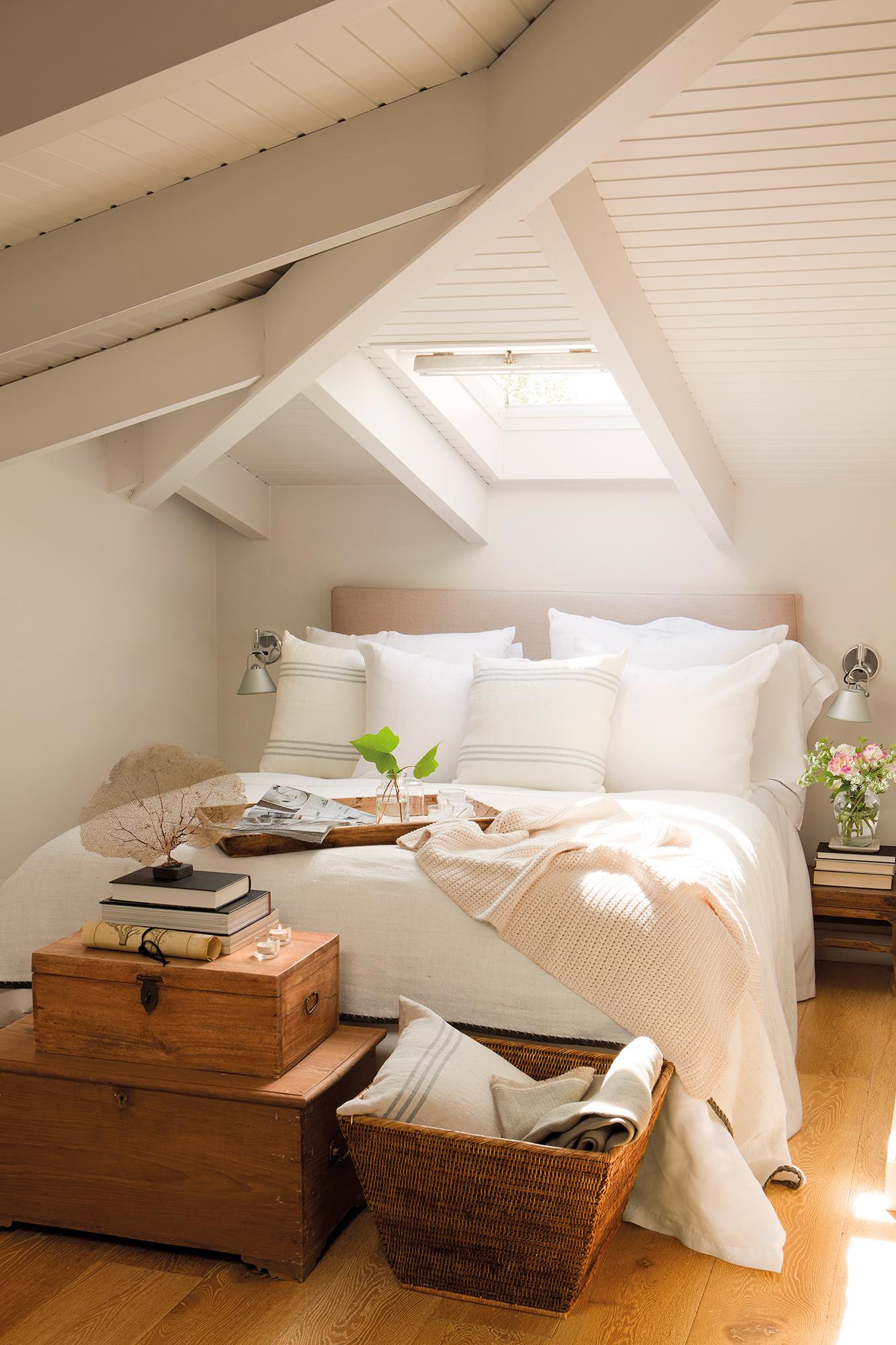Dormitorio Abuhardillado En Blanco Con Baúles A Pie De Cama_ 00383640