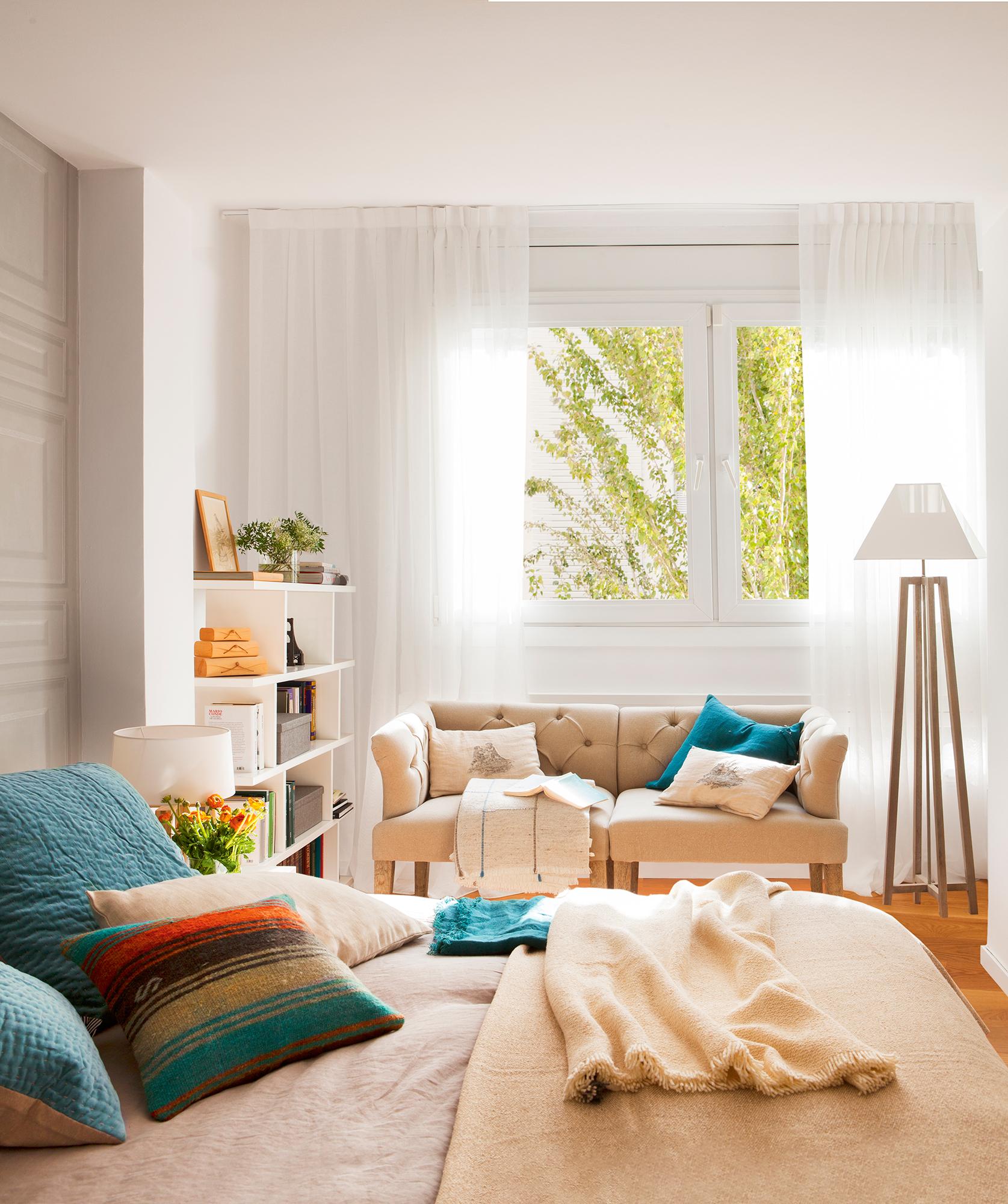 Guardar en el dormitorio m s de 15 ideas pr cticas y capaces for Sofa para dormitorio