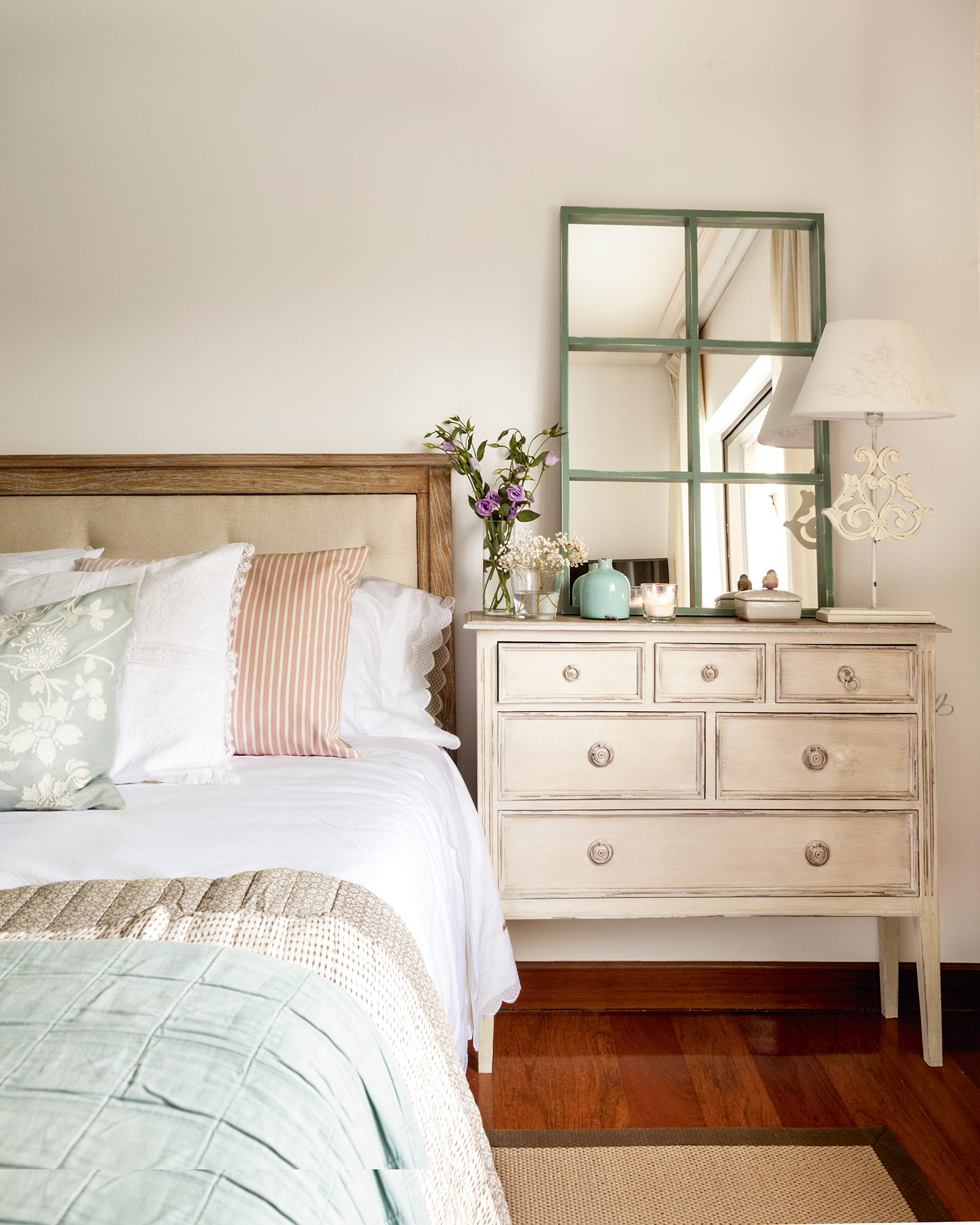 a1bb5396780 Semitoma de dormitorio con cómoda a modo de mesilla de noche  00417671.  Mesita XXL