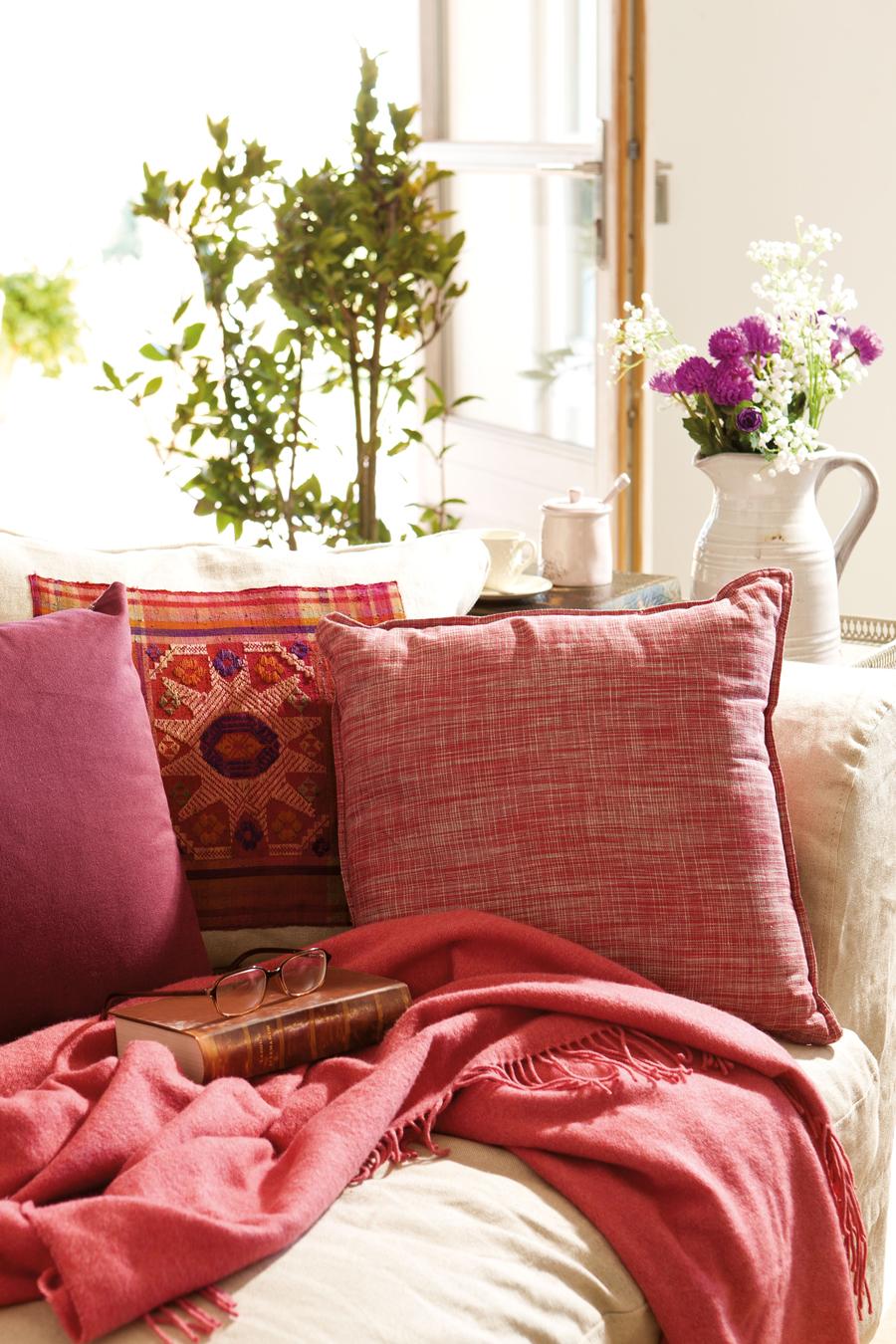00340494. Cojines en rojo y fúcsia, y plaid rojo sobre sofá en crudo 00340494