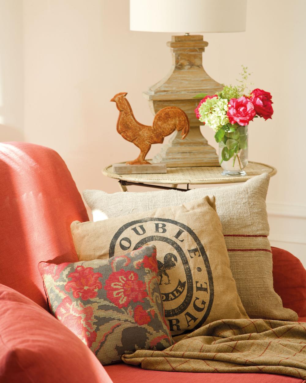 00351349. Butaca en rojo con cojines en tela de saco y estampado de flores rojos, mesita y flores rojas 00351349
