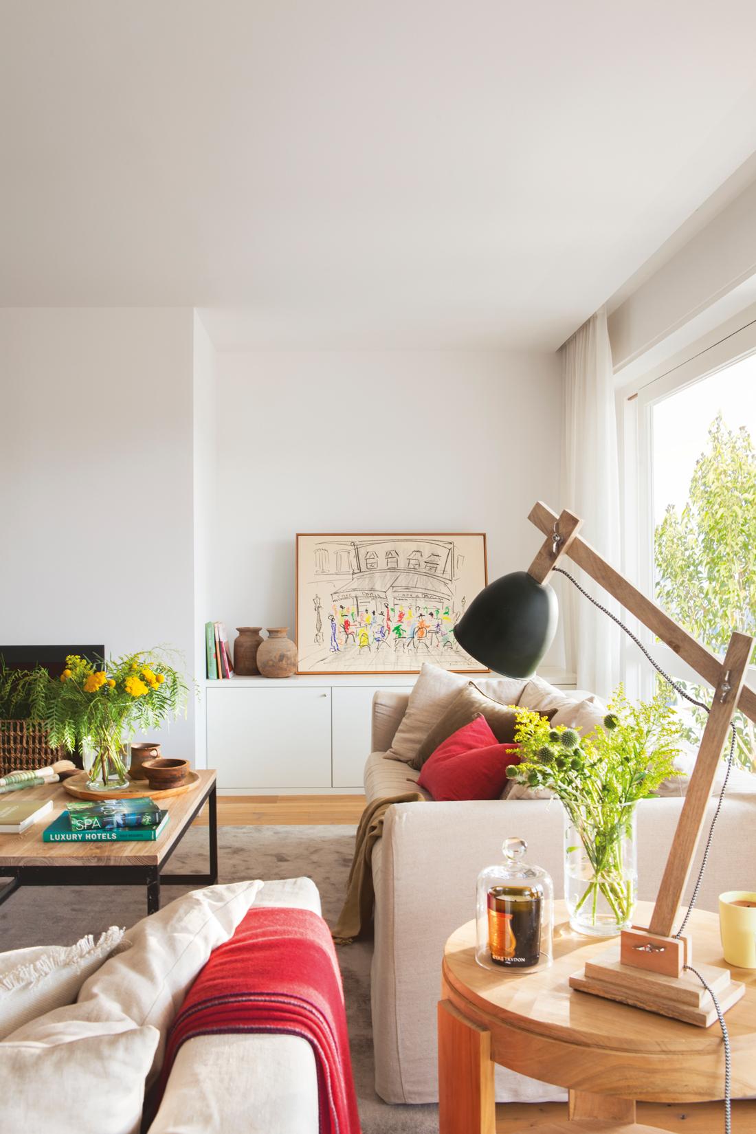 00436925. Sofá blanco con auxiliares en madera, lámpara en madera y negro y cojines y plaid en rojo 00436925