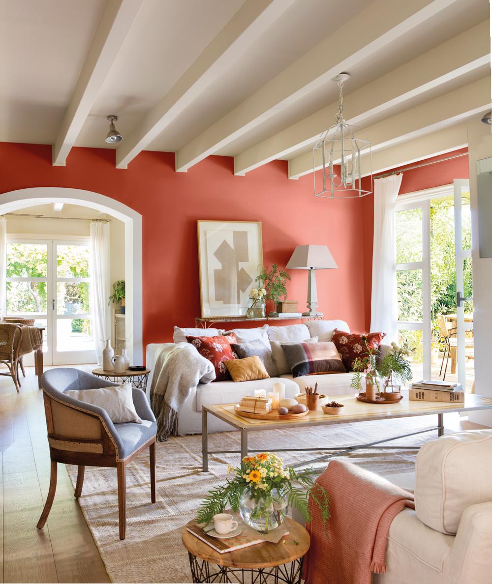 00438066. Salón con vigas blancas, sofás y butacas en crudo y pared roja 00438066