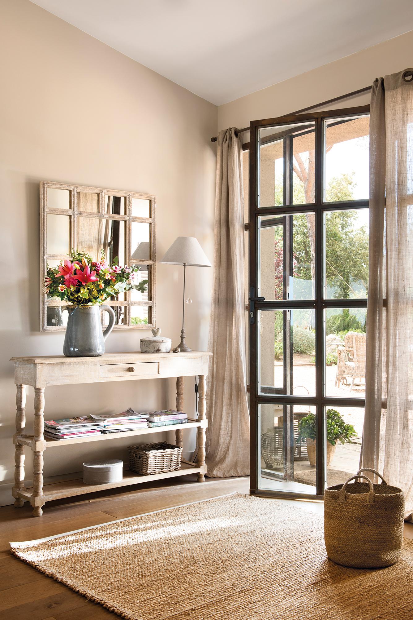 recibidor con consola y espejo junto a puerta acristalada_00460744b - Recibidores Con Encanto