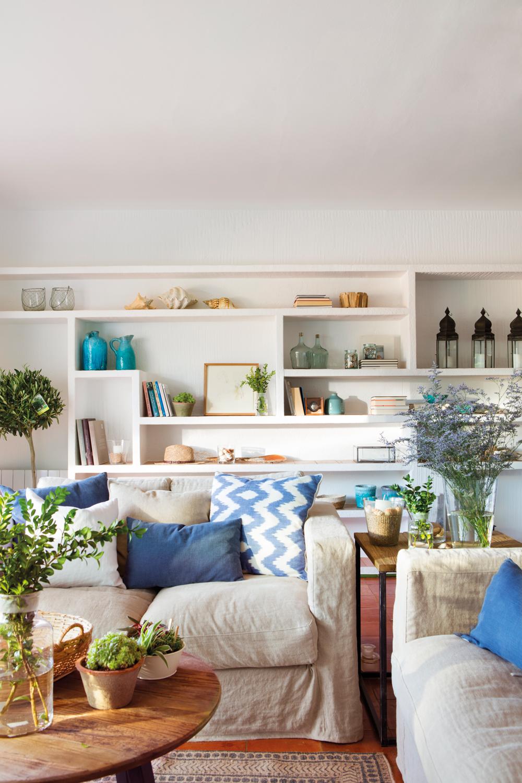Salones con toques en verde y azul - Estanterias de obra para salon ...