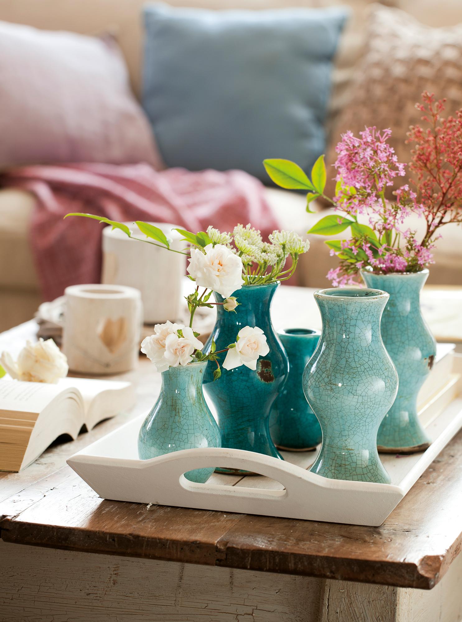 Detalle de conjunto de jarrones pequeños de color turquesa en una bandeja_ 00386226b