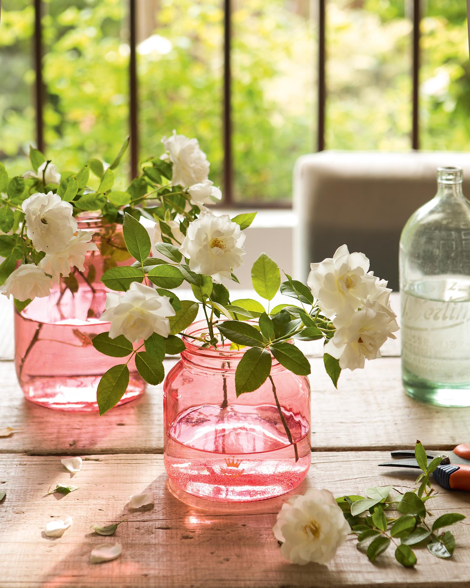 Detalle de dos jarrones de cristal de color rosa_ 00409379b