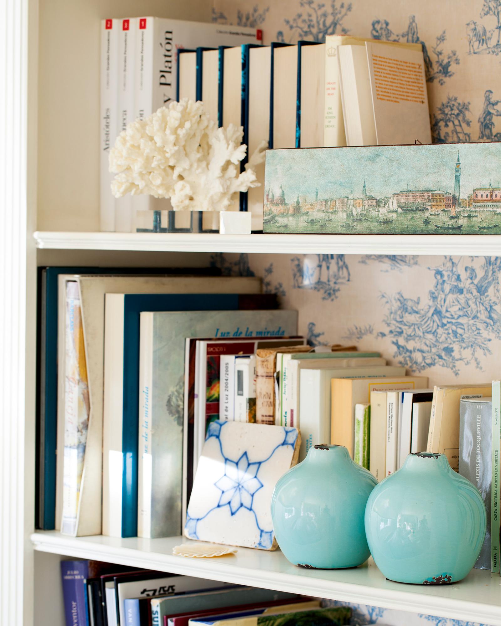 Detalle de librería con dos jarrones pequeños turquesa_ 00425468b