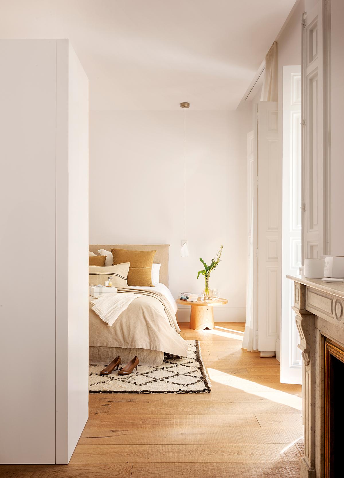 00386693. Dormitorio en piso antiguo, lámpara colgante, alfombra, chimenea y parquet 00386693