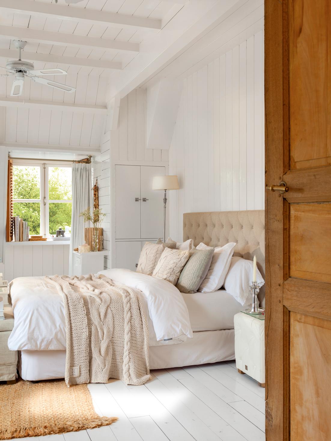 00408203. Dormitorio con cabecero tapizado, ropa de cama de lana, madera blanca y decapada 00408203