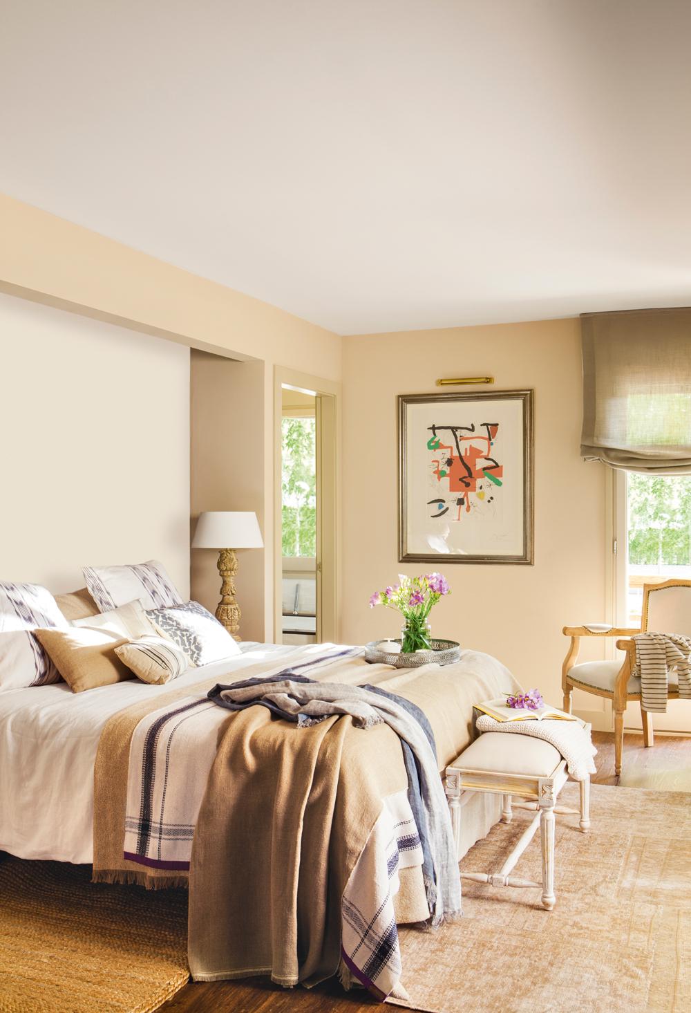 00408964. Dormitorio con paredes pintadas de distintos tonos beige, cuadro y ropa de cama en tostados 00408964