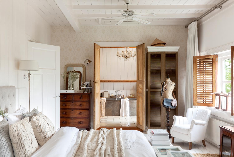 00409028. Dormitorio rústico con carpintería de madera decapada y ropa de cama en beige 00409028