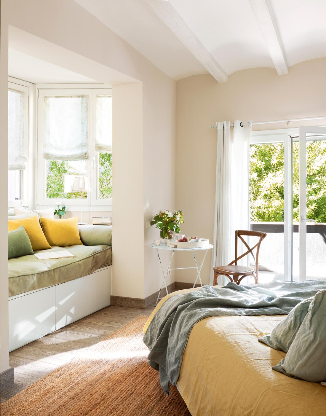 00409155. Dormitorio con banco bajo la ventana y cojines en verde y amarillo 00409155