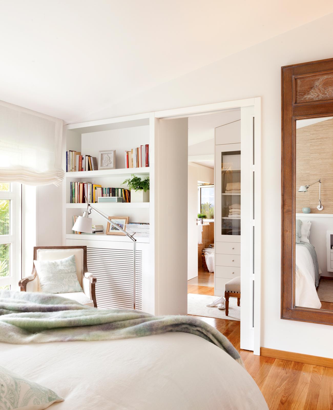 00410986. Dormitorio con espejo de madera, librería, paso a vestidor por puerta acristalada corredera 00410986