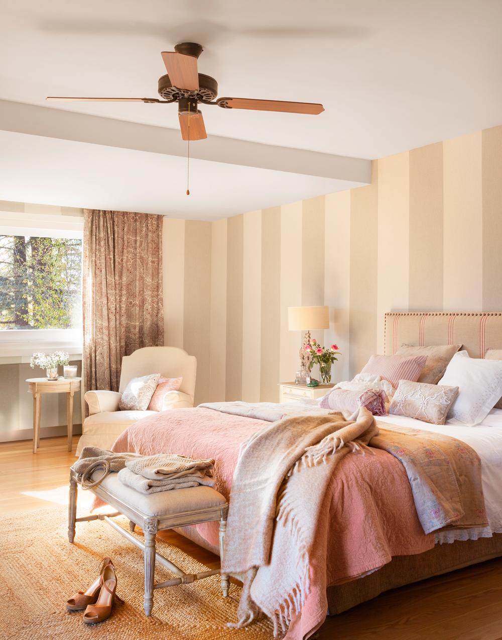 00421022. Dormitorio con paredes pintadas con franjas verticales. Ventilador 00421022