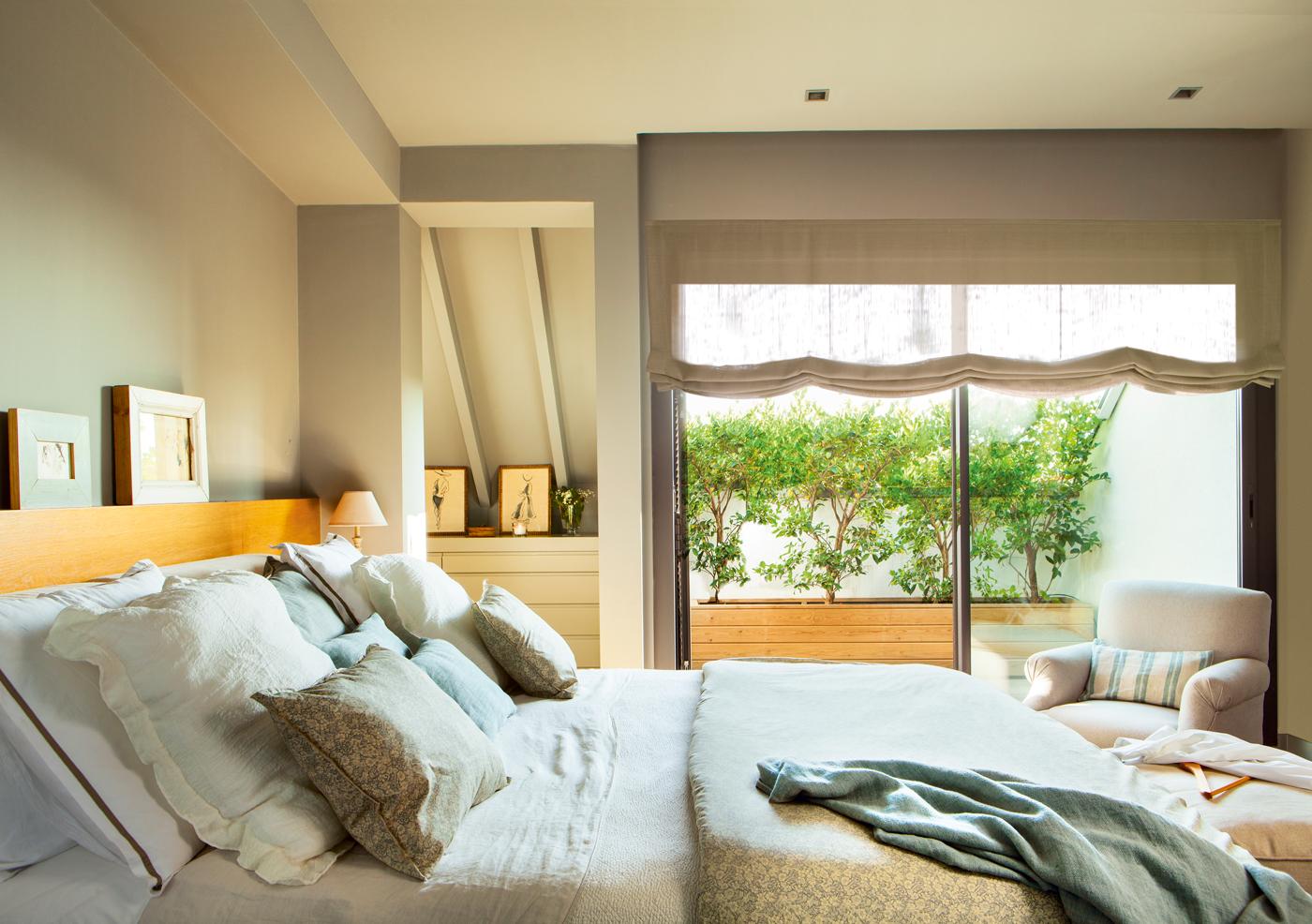00421122. Dormitorio con cabecero de madera, pintura tostada, estor 00421122