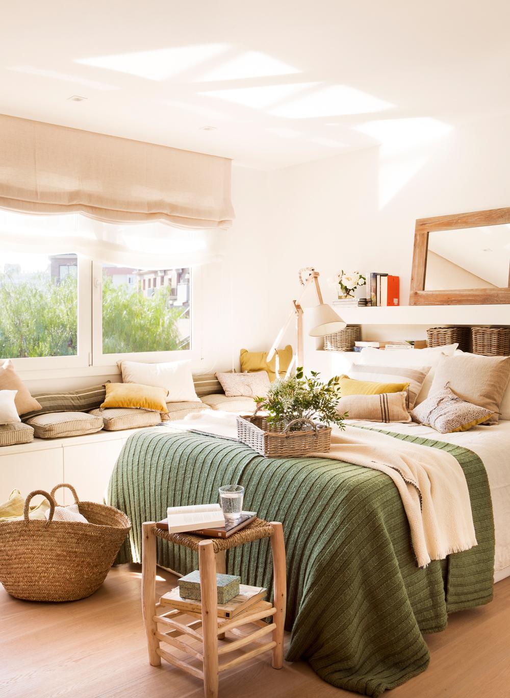 00423935. Dormitorio con banco bajo ventana, ropa de cama de lana y cabecero para guardar 00423935
