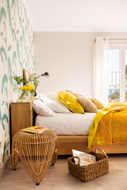 00427822. Dormitorio con pared empapelada con papel estampado de hojas y flores amarillas 00427822