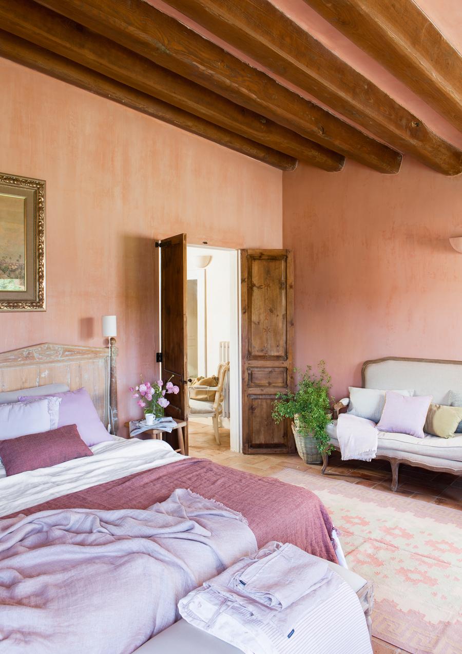 00433895. Dormitorio rústico pintado y vestido en tonos rosados 00433895