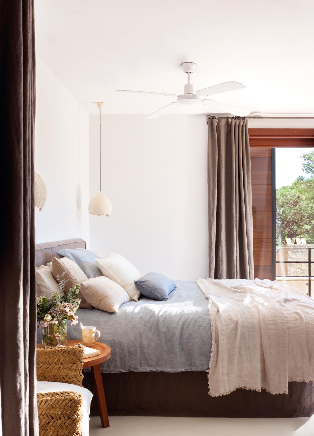 00436713. Dormitorio con ropa de cama en azules y grises, lámparas colgantes de cerámica blanca 00436713