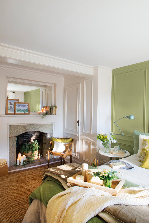 00438311. Dormitorio con chimenea, paredes con molduras y pared del cabecero pintada de verde 00438311
