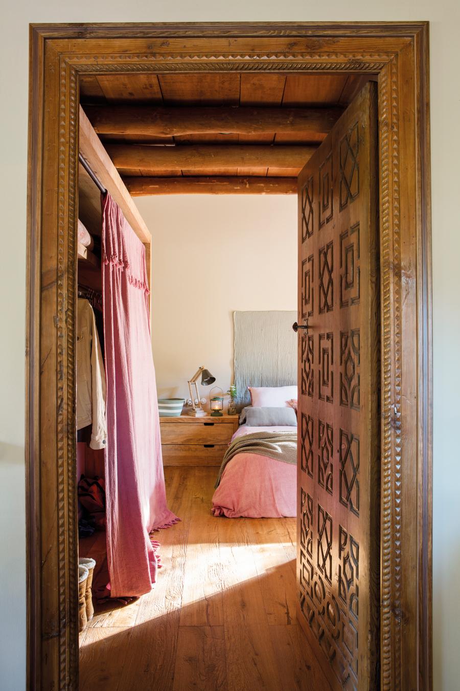 00443238. Dormitorio rústico con parquet, mesilla con cajones de madera, flexo y cabecero de tela 00443238