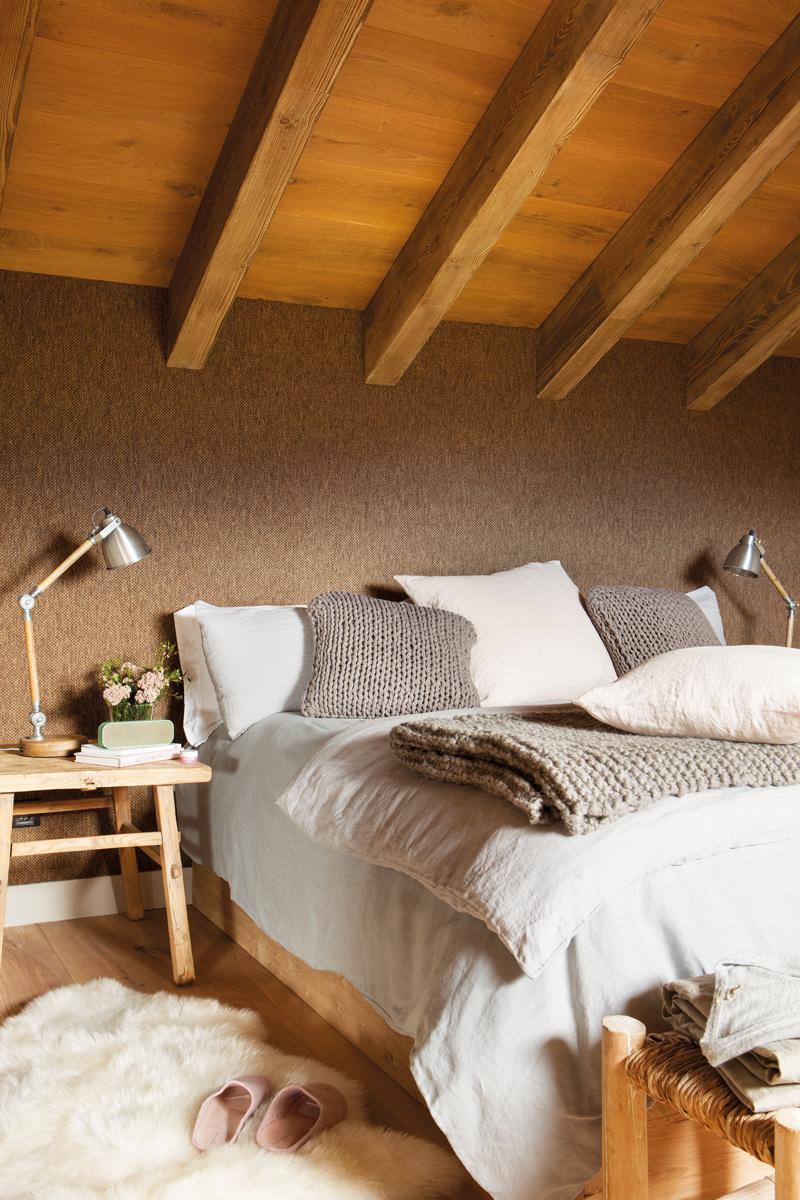 00444982. Dormitorio abuhardillada con pared entelada en marrón oscuro y vigas 00444982