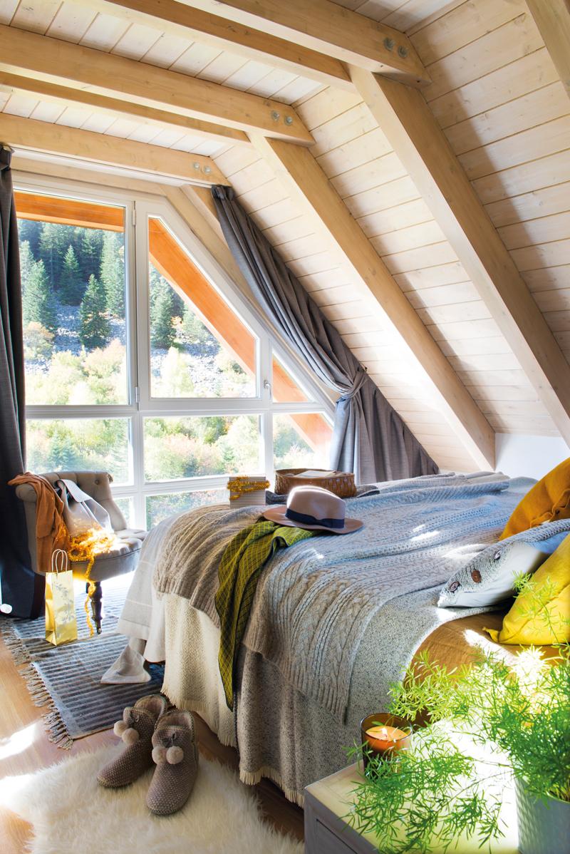00445009. dormitorio rústico abuhardillado con techo de pino natural, ropa de cama de lana 00445009