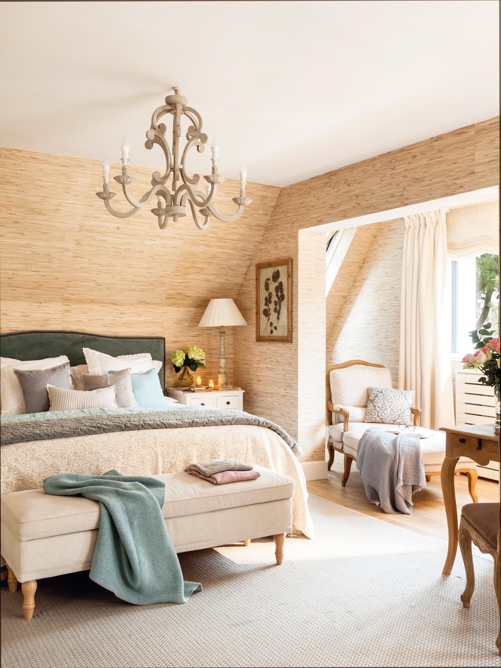 00455066. Dormitorio revestido con papel texturado, butaca y galería, y cabecero verde 00455066