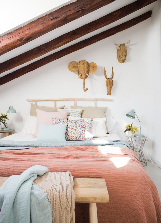 00455283. Dormitorio abuhardillado con ropa de cama rosa, blanco y azul, y cabezas de esparto 00455283