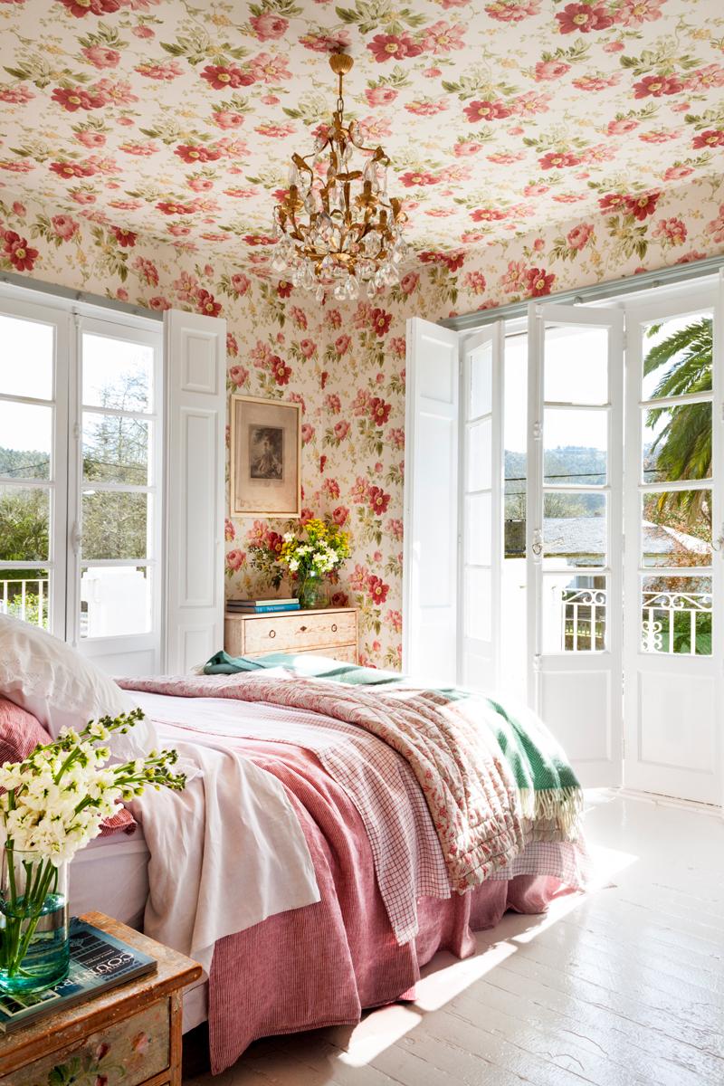 00457376. Dormitorio con paredes y techos revestidos con papel floreado en tonos rosas y rojos 00457376