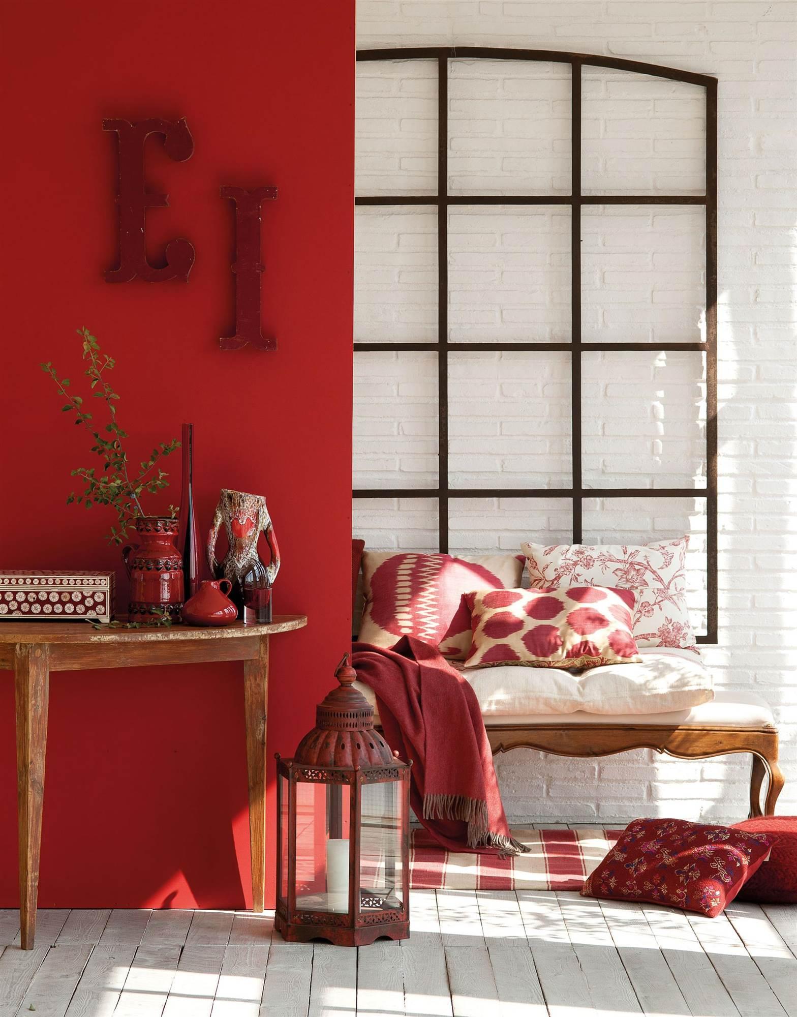 recibidor con pared pintada de rojo_LEO-00353811