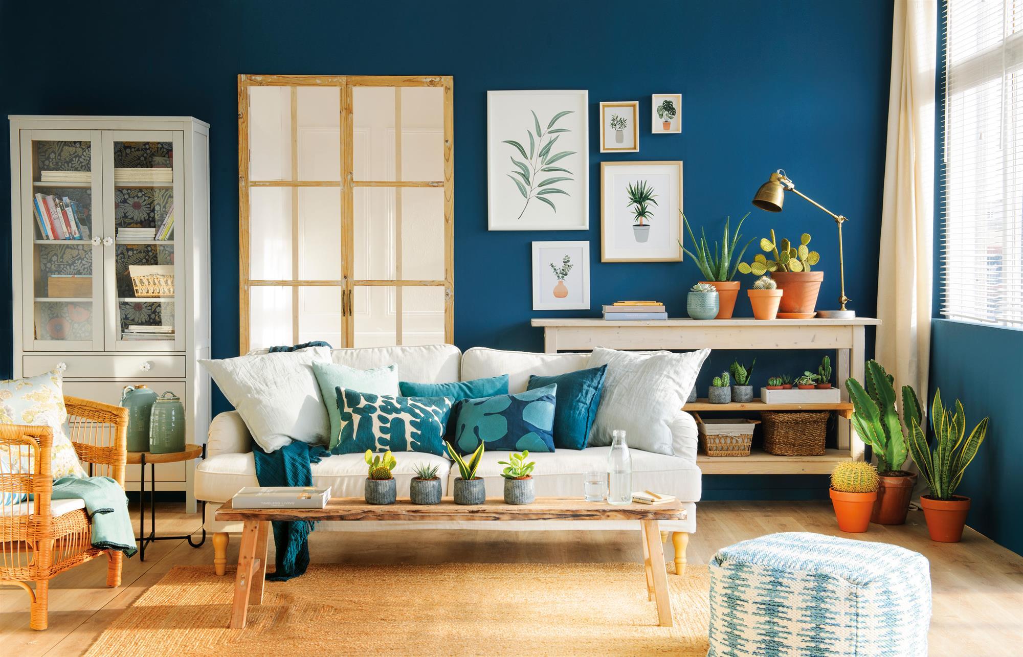 salon con pared pintada de azul_SAGITARIO-00451384