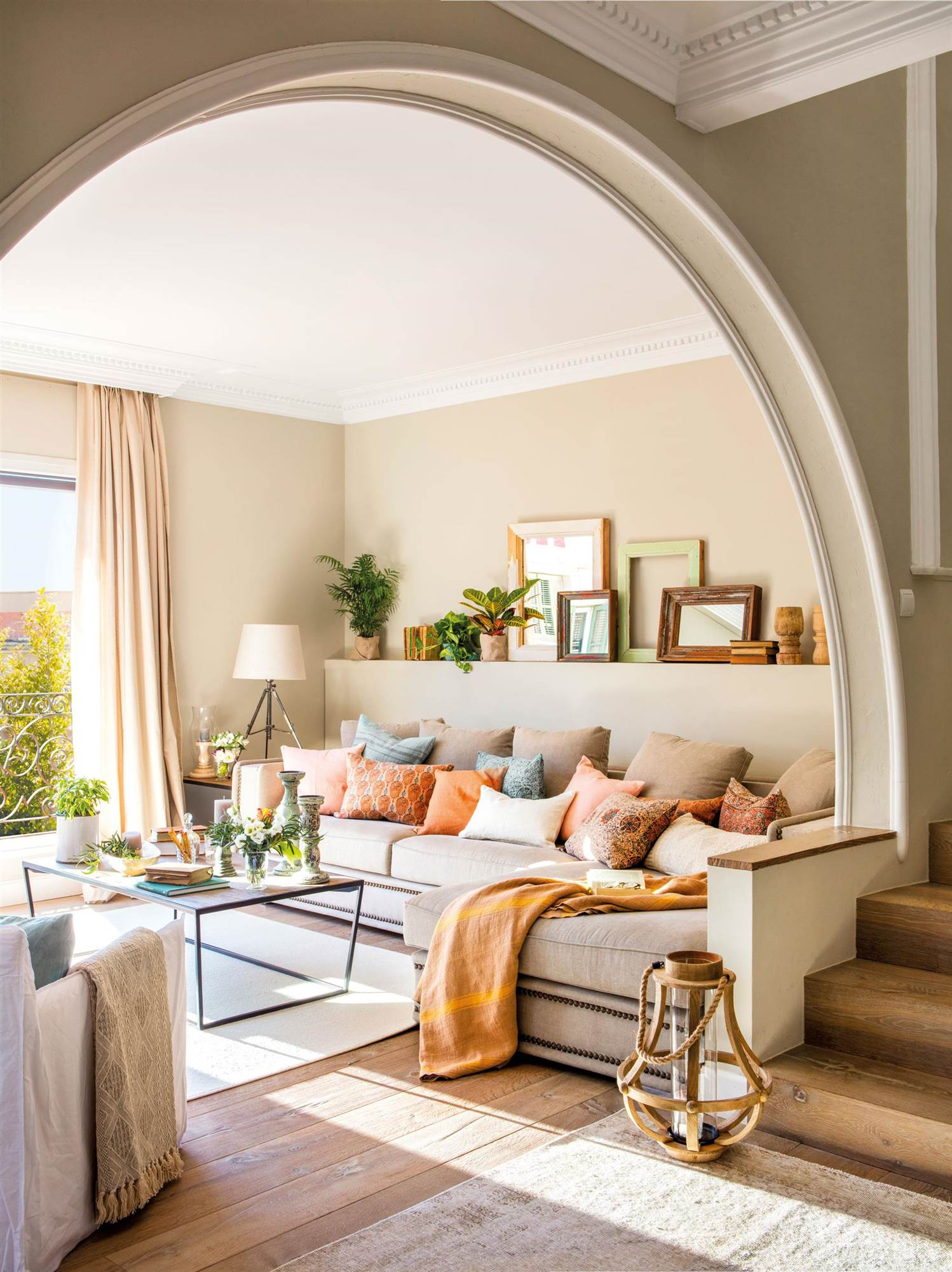 salon con pared pintada de beige_VIRGO-BEIGE-00458606