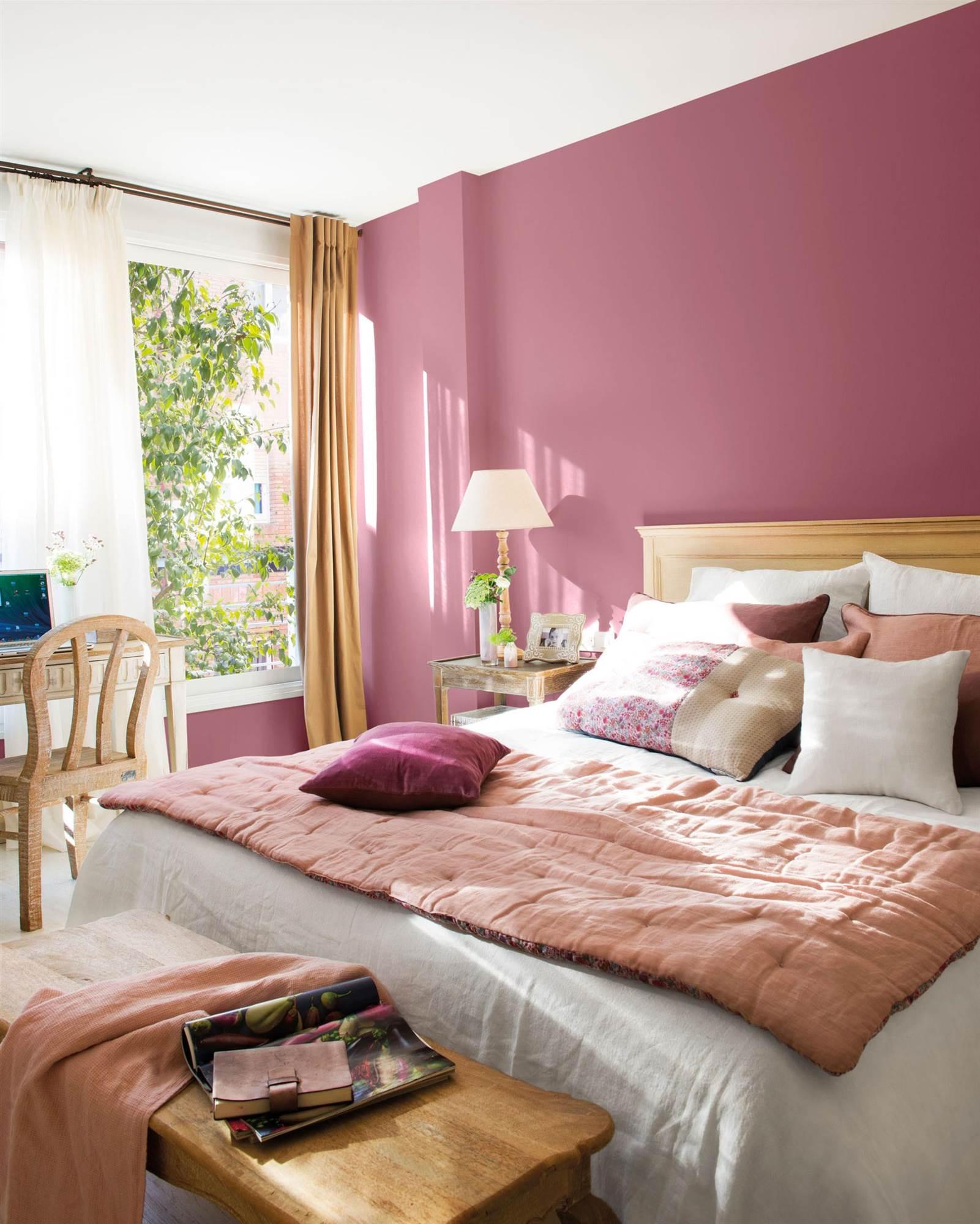 dormitorio con pared morada_PISCIS-MORADO-RETOQUE-VIRGIN-00457206