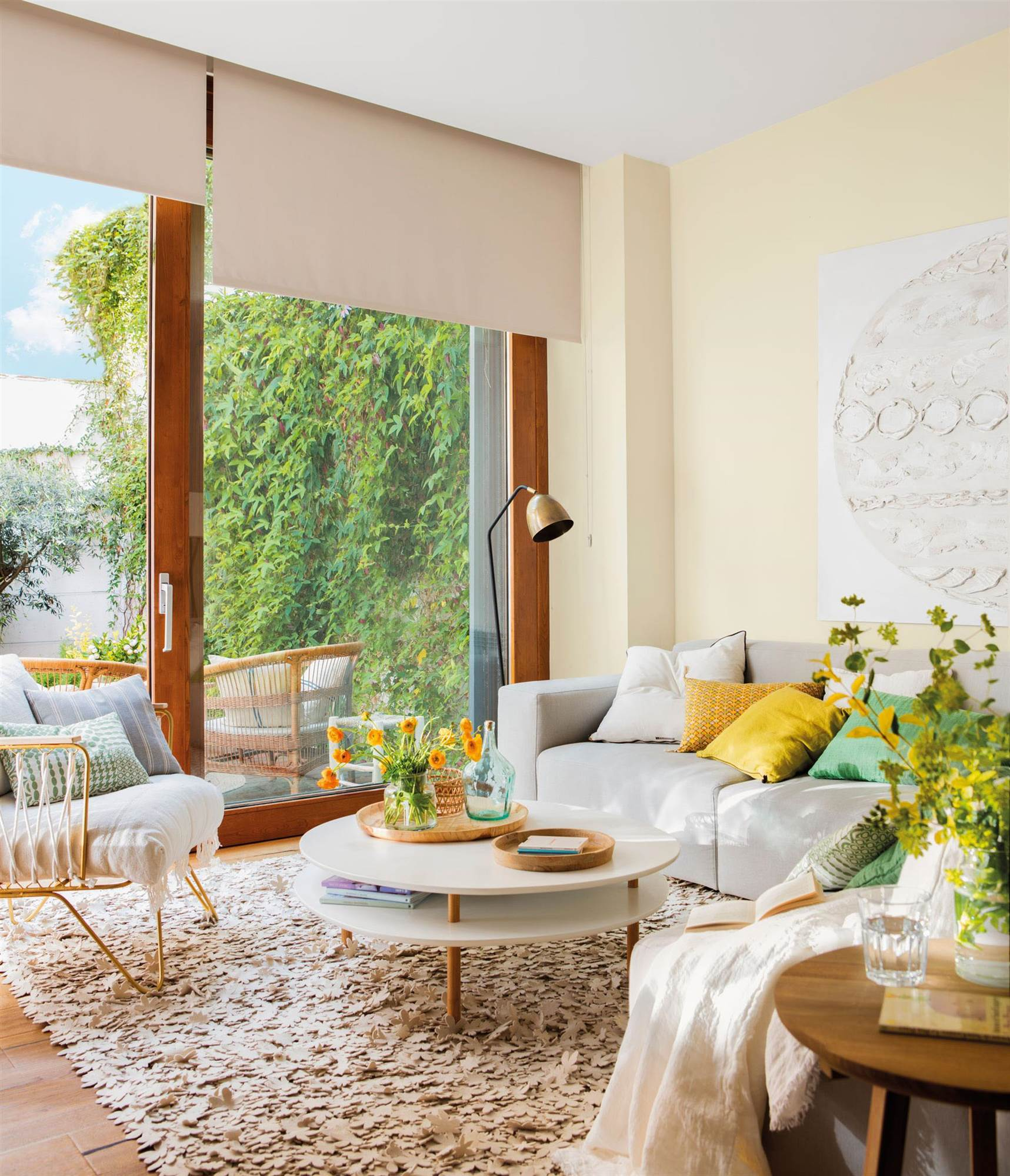 salon con pared amarilla_GEMINIS-AMARILLO-RETOQUE-VIRGIN-00460841