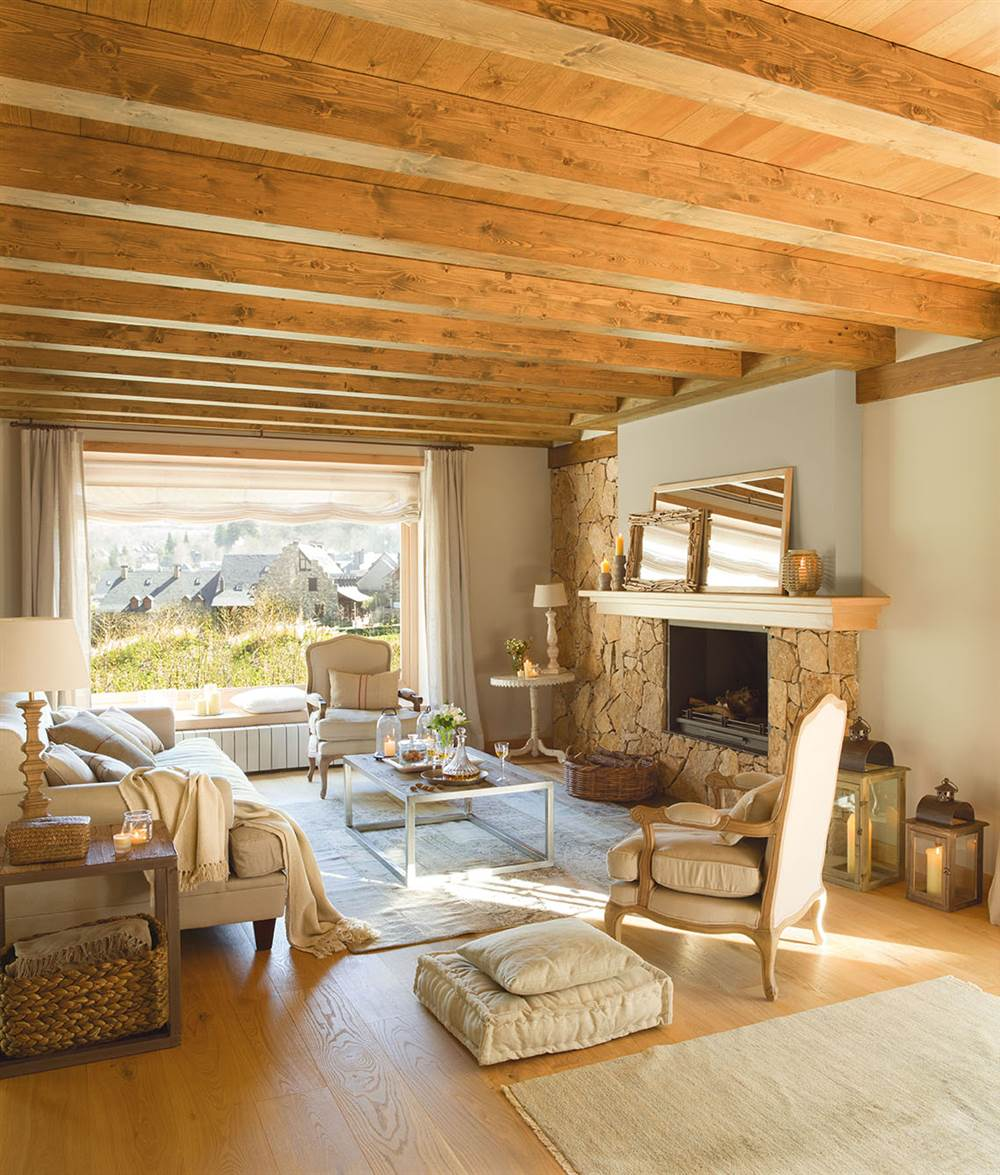 Salón en tonos claros con chimenea y vegas de madera