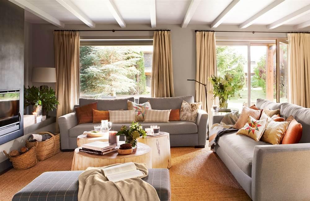 salon en tonos grises y marrones con amplios ventanales