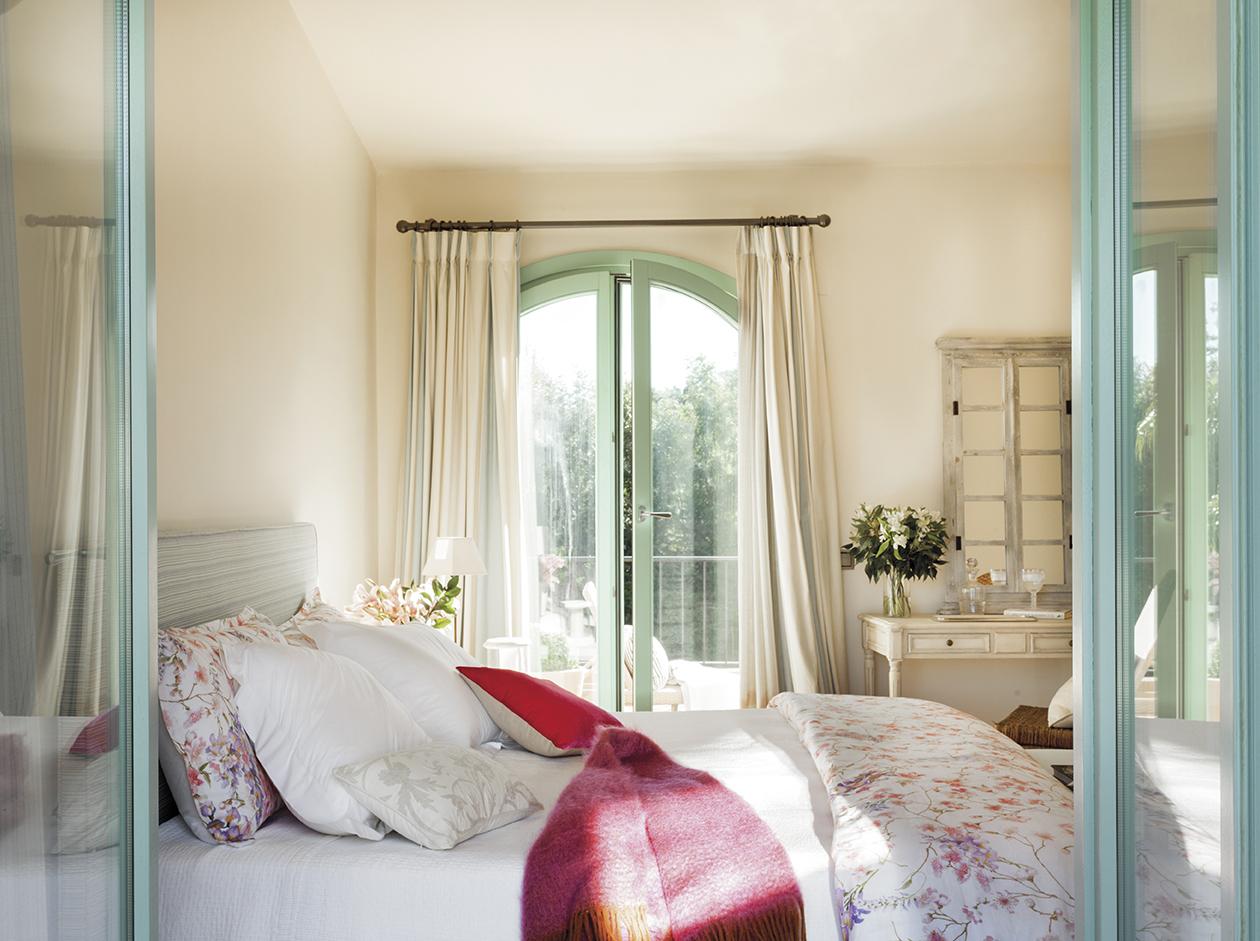 00426200. Dormitorio con salida al balcón y ropa de cama en blanco y con dibujos de flores_00426200